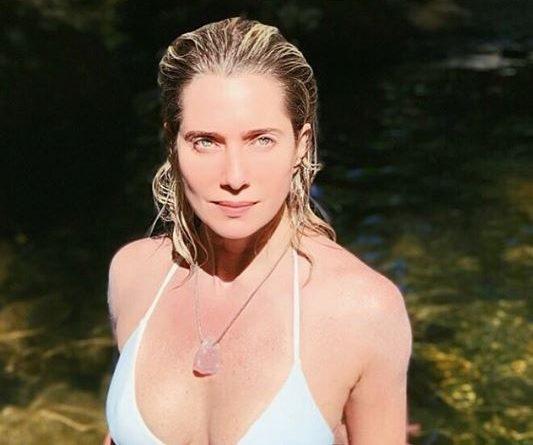 Aos 45 anos, Letícia Spiller esnoba Carnaval e posa de biquíni no mato