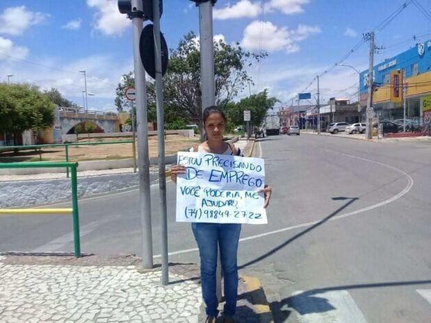 Mulher que pedia emprego com cartaz em semáforo consegue vaga em 5 horas