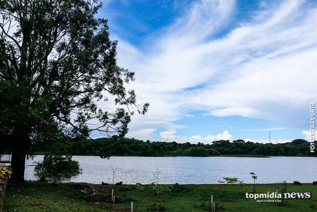 Dentro da UFMS, Lago do Amor inspira apaixonados e é endereço certo para momentos em família