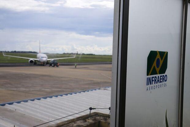Esqueceram de mim: avião retorna ao aeroporto após mulher deixar filho em sala de embarque
