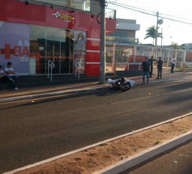 Motociclista cochila, bate em poste e morre na Júlio de Castilho