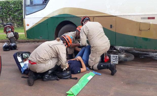 Motorista de ônibus bate em motociclista e piloto é arrastada por oito metros