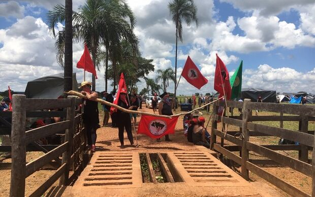 Mais de 800 mulheres do MST invadem fazenda de João de Deus