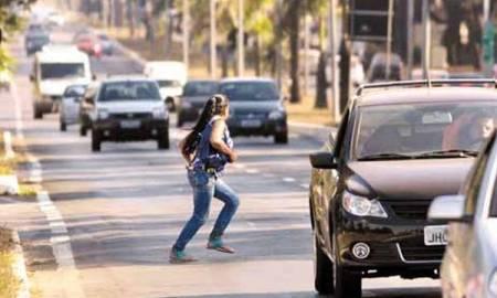 Mulher é condenada a indenizar motorista que a atropelou