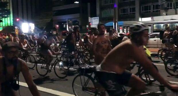 Ciclistas pedalam nus pela Avenida Paulista