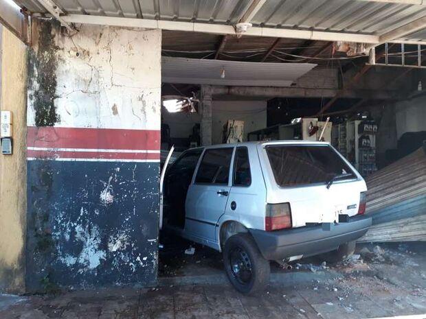 Após brigar com a mulher, motorista bêbado invade e destrói oficina