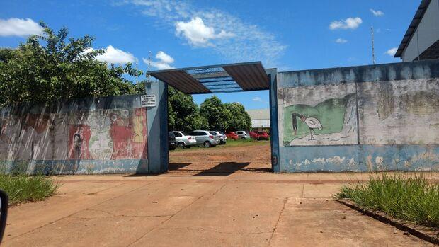 Pais se revoltam com portão de escola aberto enquanto alunos estão em aula