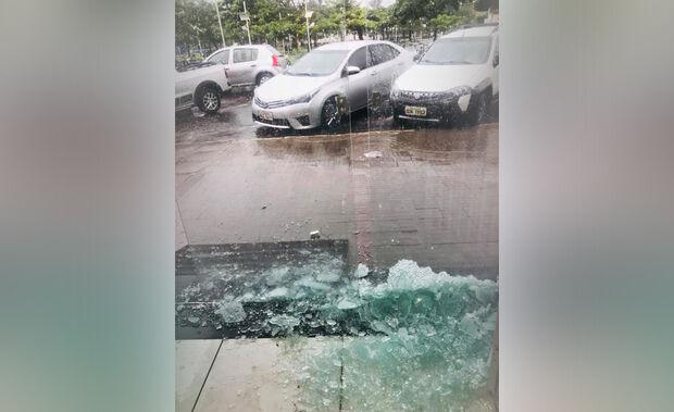 'Chuvarada': raio atinge e destrói porta de loja em cidade do MS