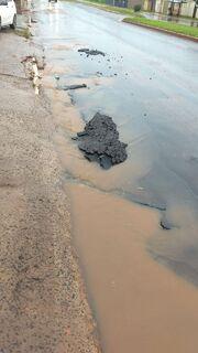 Chuva arranca pedaços do asfalto na Vila Aimoré