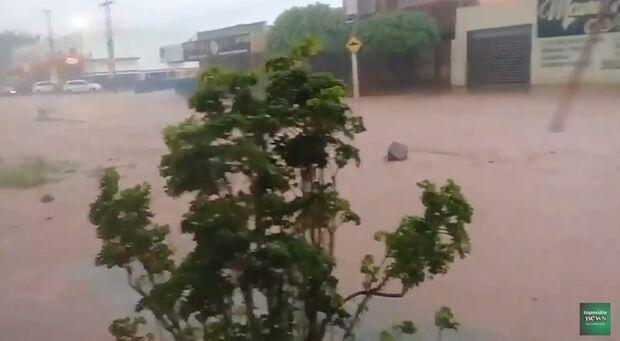VÍDEO: ruas alagam e enxurrada leva até placa de loja na Rachel de Queiroz em Campo Grande