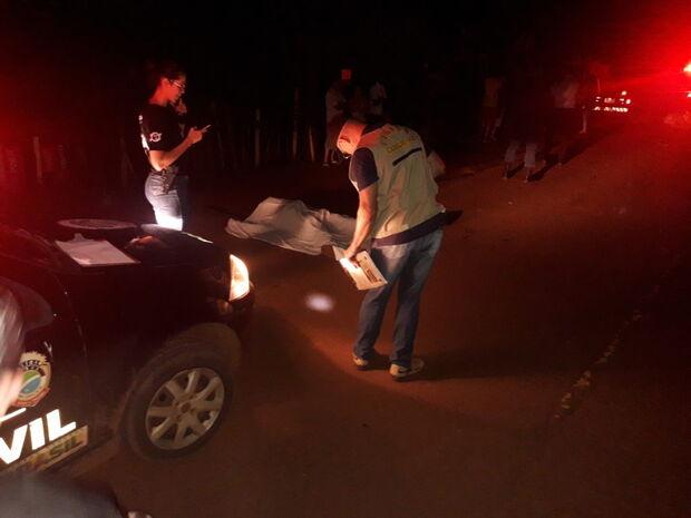 Motociclista morre ao bater em carro; 5 crianças estavam a bordo do automóvel