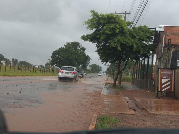 Chove forte na região do Rita Vieira e ruas se transformam em 'rios'