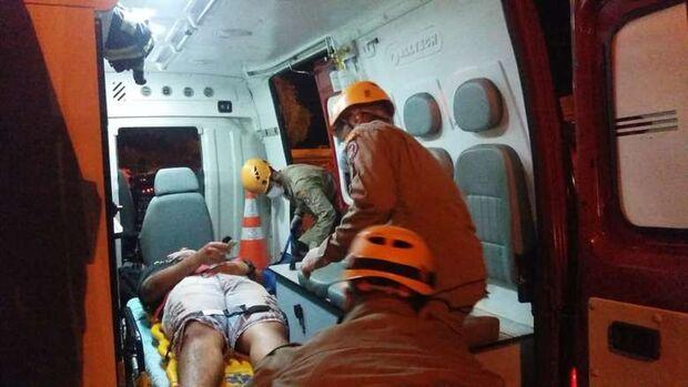 Motociclista fica gravemente ferido após cair ao bater em buraco