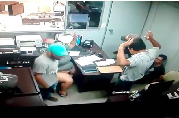 Bandidos armados rendem funcionários de empresa de segurança e fazem 'limpa no caixa'