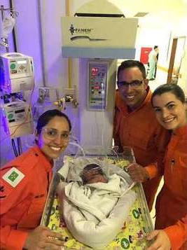 Bombeiros resgatam bebê abandonada em canteiro e menina recebe o nome de Maria Flor