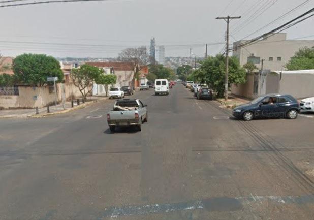 VÍDEO: estudantes se arriscam para atravessar em cruzamento sem semáforo na Vila Rosa Pires