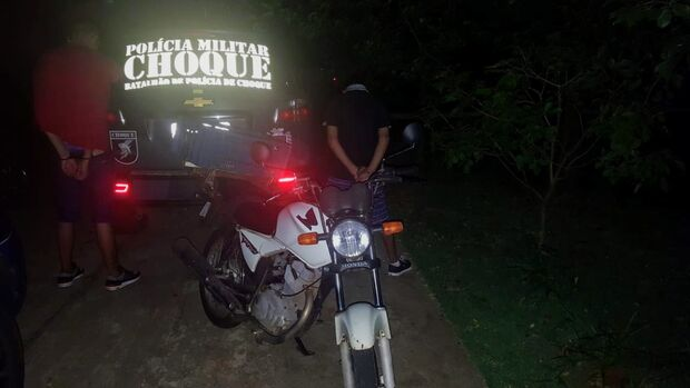 BPChoque desconfia de dupla empurrando moto e prende 'veterano' e 'principiante' no crime