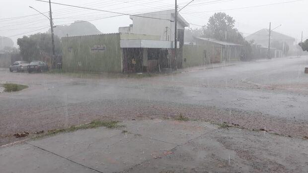 Em meia hora, chuva já começa a alagar diversos bairros na Capital