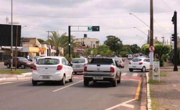 Motorista embriagado é flagrado em manobras perigosas e quase atinge carro da PM
