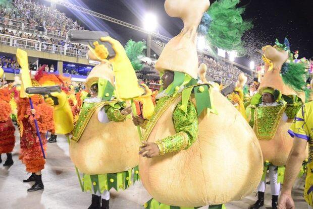 Escola de samba usa coxinhas armadas para ironizar Bolsonaro