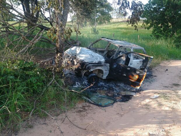 Carro bate em árvore, pega fogo e mata idoso em estrada vicinal