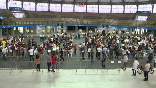 Corpos da vítimas de escola são velados na Arena Suzano