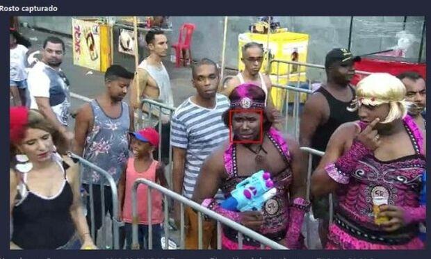Procurado por homicídio vai para o carnaval vestido de mulher e acaba preso