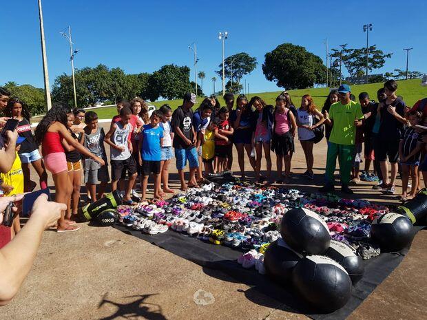 Ação solidária arrecada mais de 130 pares de tênis