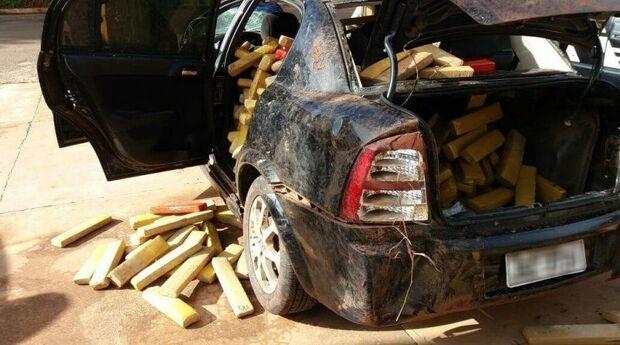 Traficante se envolve em acidente e foge deixando carro lotado de maconha