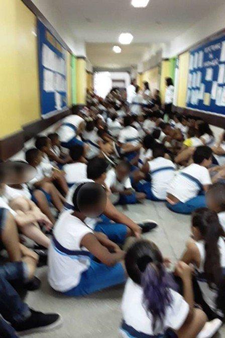 Alunos são retirados de salas de aula durante intenso tiroteio