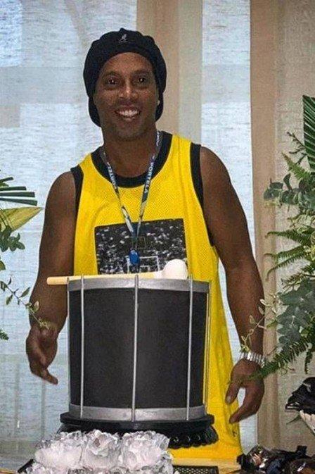 Agora noivo, Ronaldinho Gaúcho expulsa cafetina dos jogadores de festa em mansão