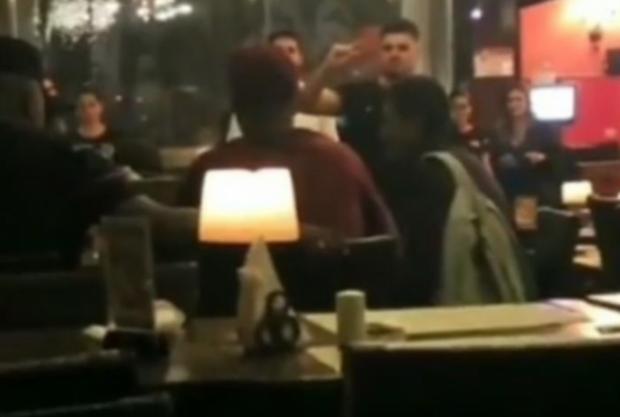 Atacante do Palmeiras convida mãe e criança que pediam dinheiro para jantar em restaurante