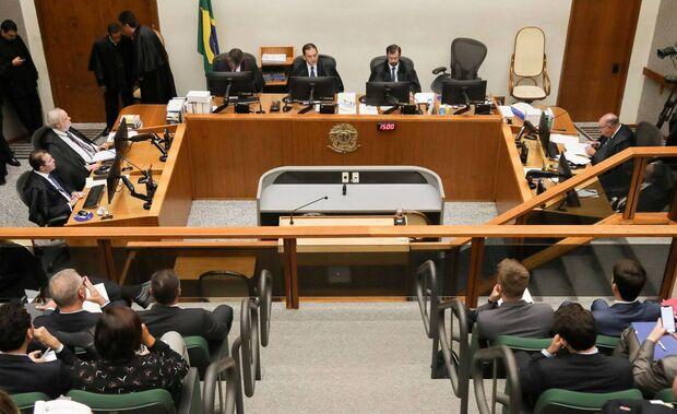 Maioria do STJ vota por reduzir pena de Lula no caso do triplex do Guarujá