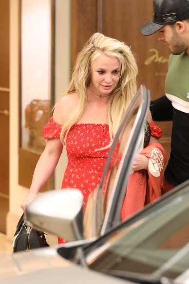 Britney Spears aparece após 30 dias  internada em clínica psiquiátrica