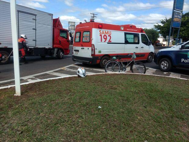 Mulher bate cabeça e desmaia em acidente entre moto e caminhão em Campo Grande