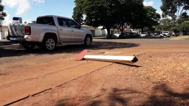 Só neste ano, mais de 200 placas de trânsito foram destruídas ou roubadas em Dourados