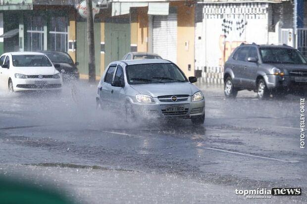 Chuva cai em tarde quente de Campo Grande e semana deve ter tempestade