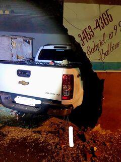 Para evitar atropelamento, condutor bate caminhonete em estabelecimento comercial