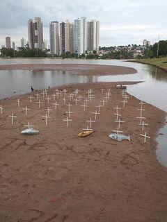 Lago assoreado vira 'cemitério' em ato pelo meio ambiente no Parque das Nações