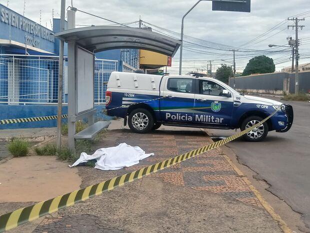 VÍDEO: homem morre em ponto de ônibus ao sair de UPA em Campo Grande
