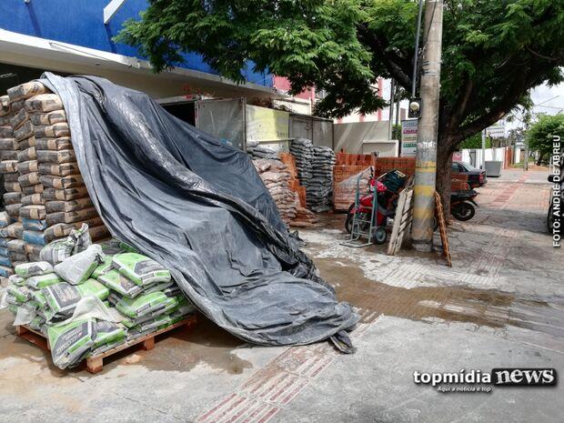 E os pedestres? Loja 'se apossa' da calçada para expor materiais de construção em Campo Grande