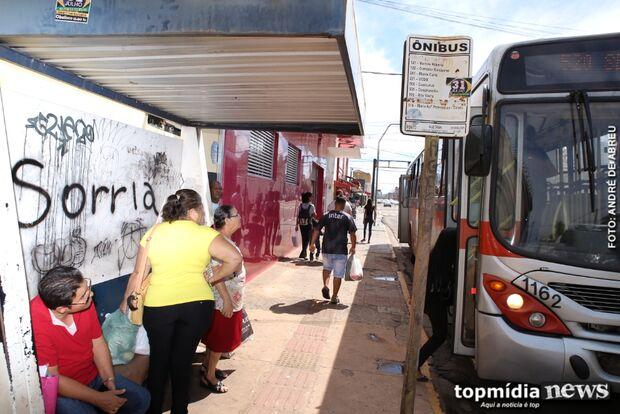 Arte urbana ou pichação? 'Sorria' só traz tristeza pra vizinhos de ponto de ônibus