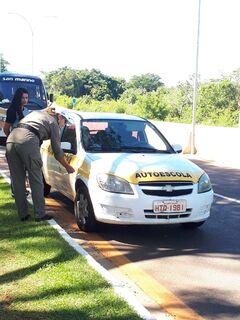Detran-MS realiza blitz e fiscaliza veículos de autoescola
