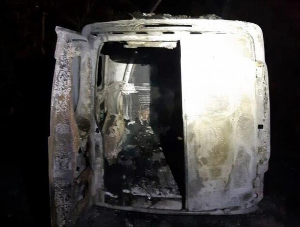 Ambulância bate em vaca, pega fogo em rodovia e fica destruída