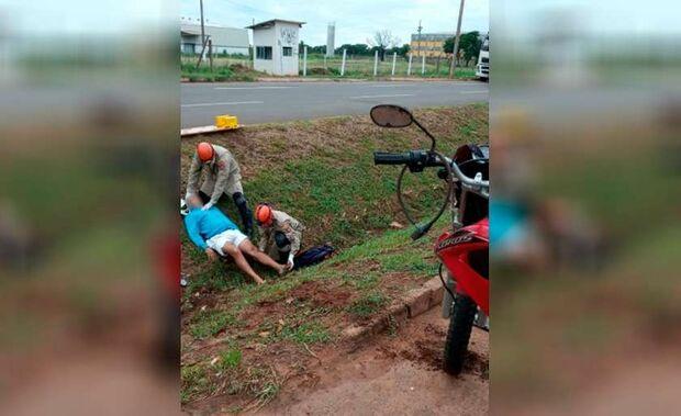 Motociclista cai em vala ao tentar ultrapassar carreta em avenida