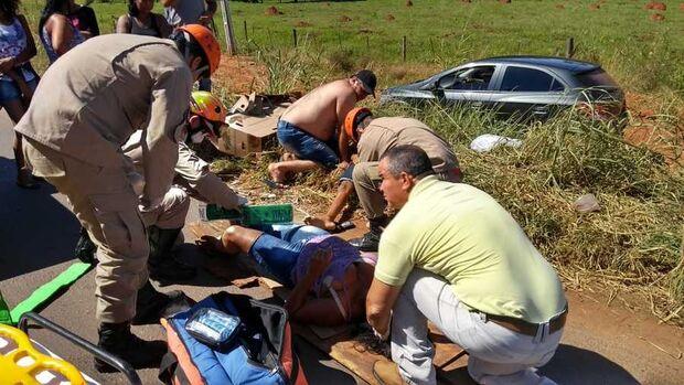 Mãe e filho ficam feridos em acidente; adolescente é arremessado