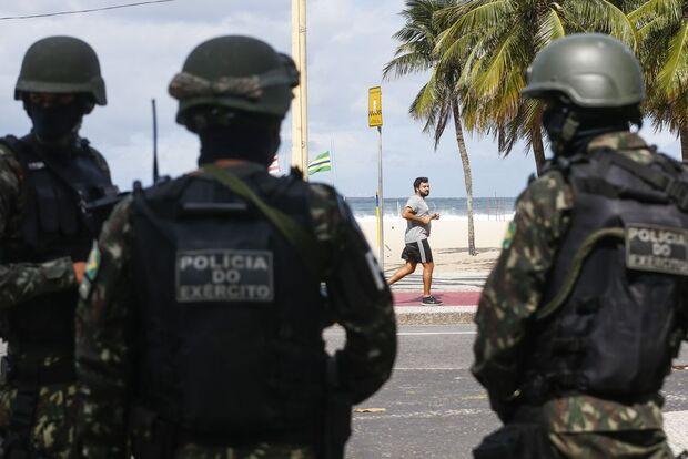 Militares do Exército são atacados em favela do Rio