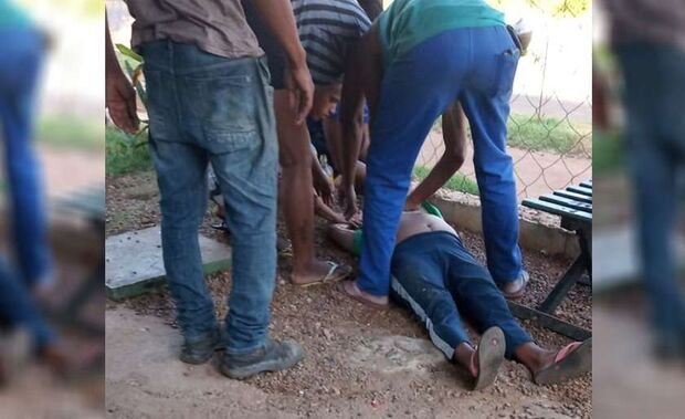 Idosa desmaia ao ver neto ser levado pela polícia durante operação