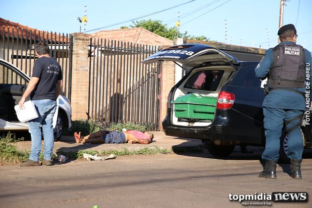 Homem é assassinado com 15 facadas e encontrado dentro de carro em Campo Grande