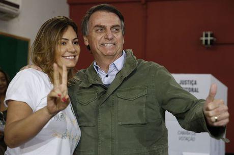 Dois servidores são investigados por acessarem dados fiscais de Bolsonaro e família